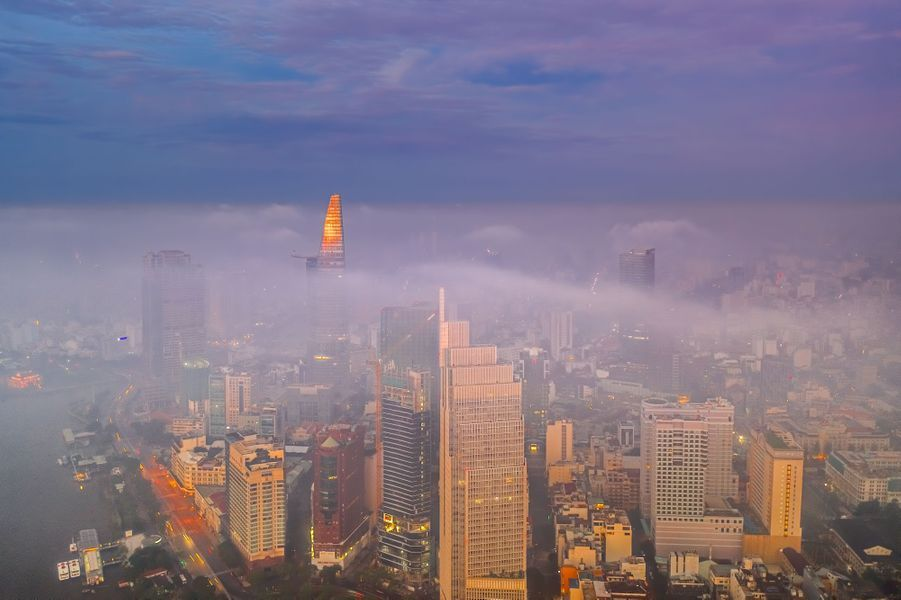 La ville de Ho Chi Minh sous le brouillard matinal.