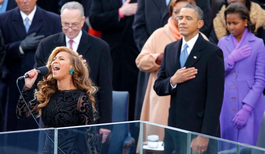 L'audience, y compris Obama, la main sur le coeur en écoutant Beyoncé interpréter l'hymne national.