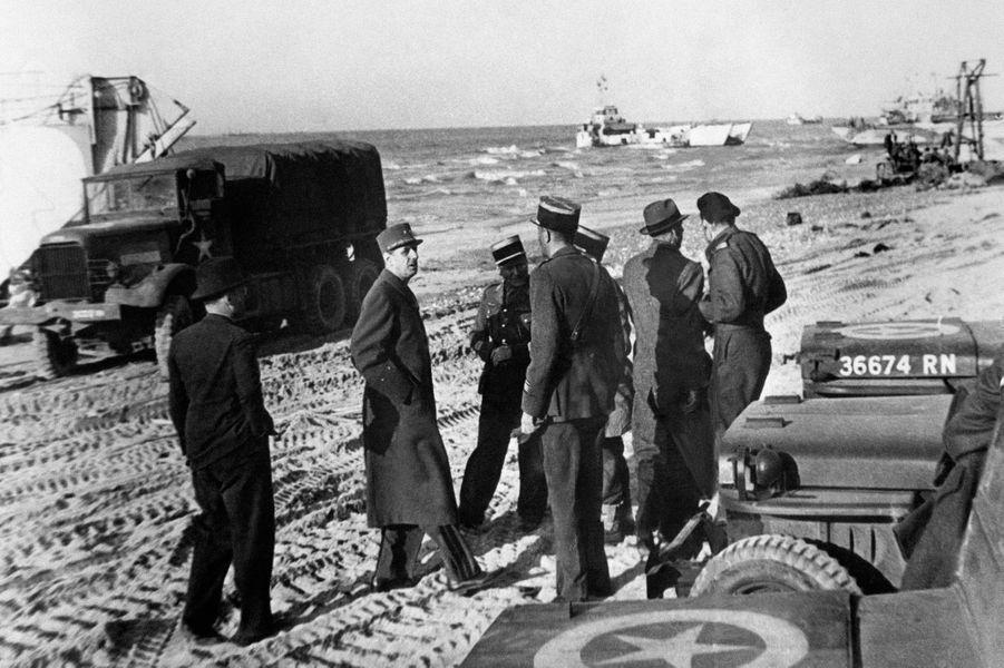 Le Général de Gaulle sur une plage normande, le 14 juin 1944.