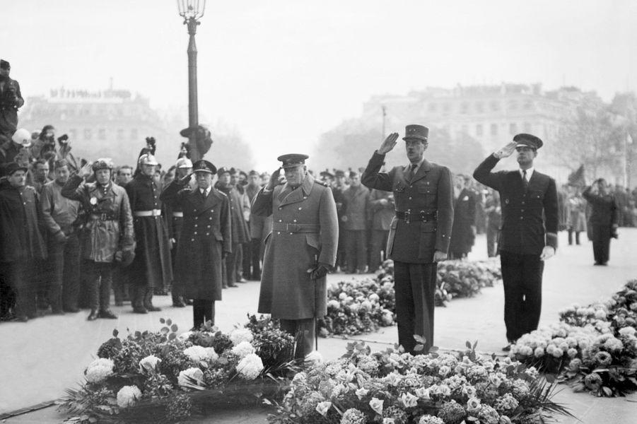 Le Premier ministre britannique Winston Churchill et le général Charles de Gaulle se recueillent devant la tombe du Soldat inconnu, lors des cérémonies du 11 novembre 1944 à l'Arc de Triomphe.