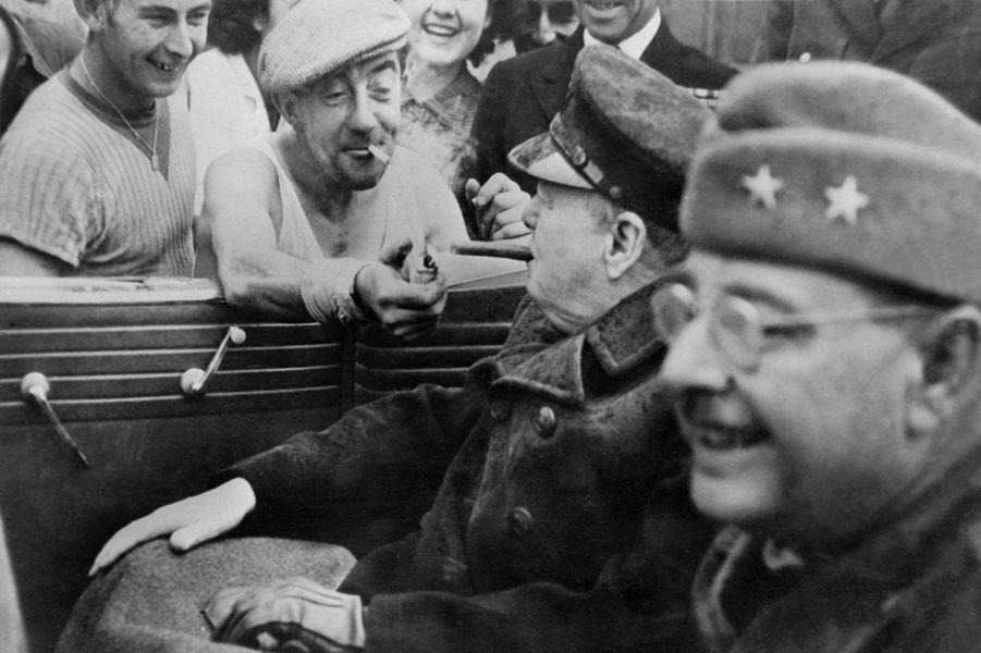 Un Français offre du feu à Winston Churchill, le 10 juin 1944, quelques jours après le débarquement des Alliés en Normandie.