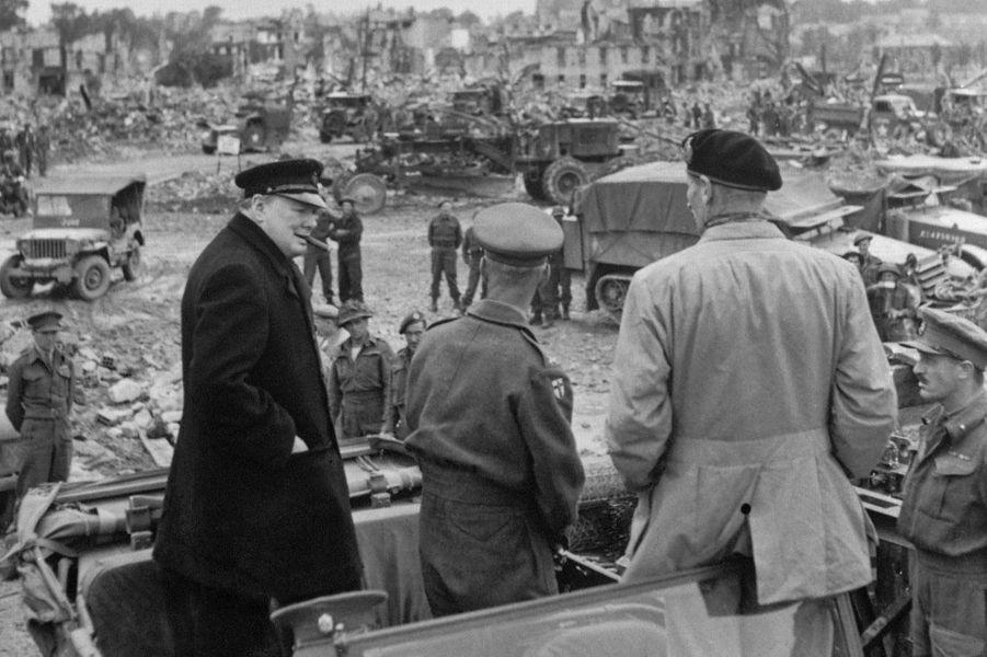 Le 23 juillet 1944, le Premier ministre Winston Churchill visite la ville de Caen, rasée, en compagnie du général Bernard Montgomery.