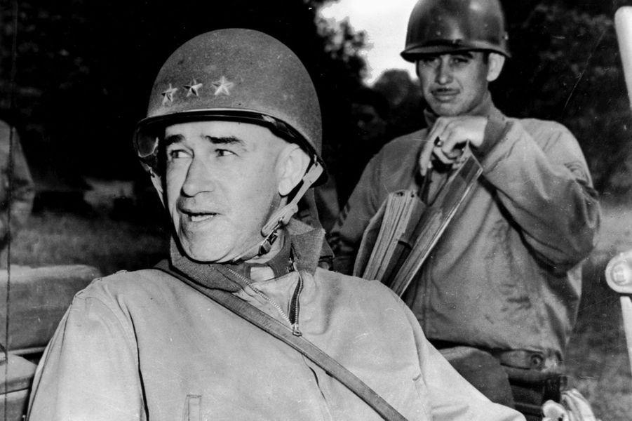 Omar N. Bradley dans sa jeep quelque part en France, en août 1944.