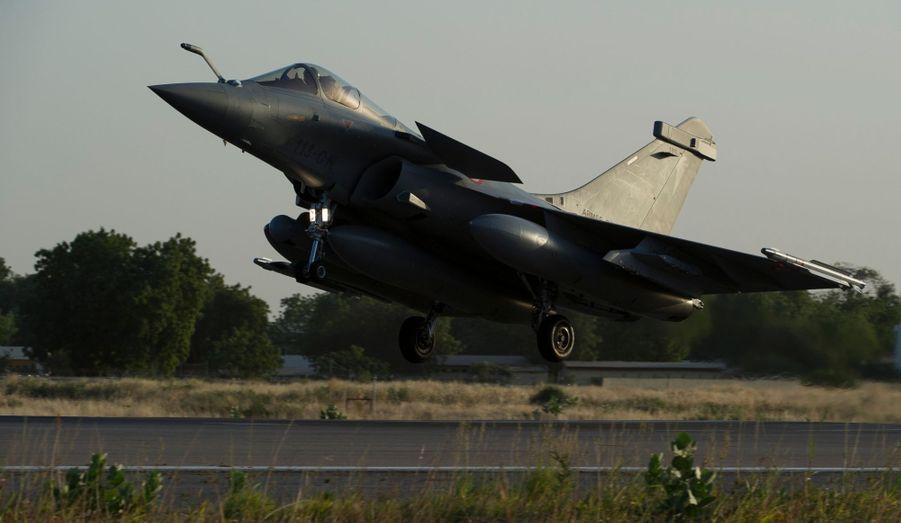 L'armée de l'air a dévoilé une nouvelle série de photos avions engagés au Mali. Ces Rafale, de retour de mission contre les forces islamistes, reviennent se poser à leur base de N'Djamena, au Tchad.