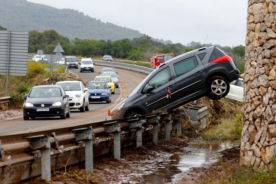 Une voiture emportée par les inondations