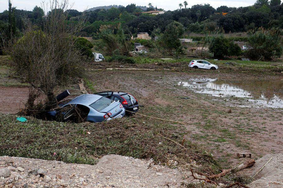Des voitures emportées par les inondations, à Majorque
