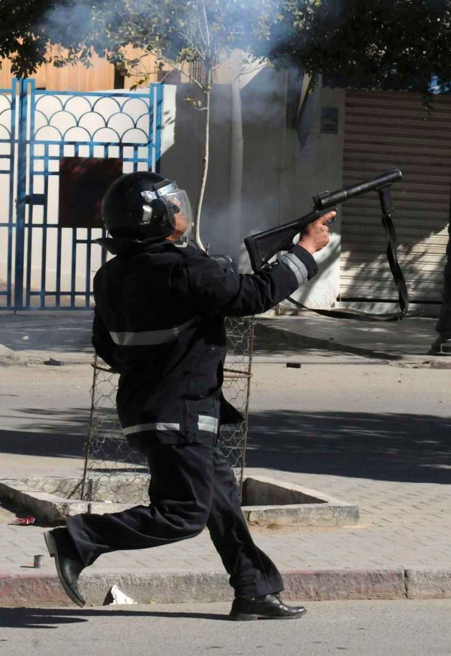Cette photo a été prise jeudi, mais témoigne de la tension grandissante dans le pays. Des échauffourées ont éclaté ce vendredi en marge des funérailles, à Tunis, notamment sur l'avenue Habib Bourguiba, haut-lieu de la révolution de Jasmin, mais aussi à Gafsa, ou encore à Sidi Bouzid, d'où est parti le soulèvement en 2010.