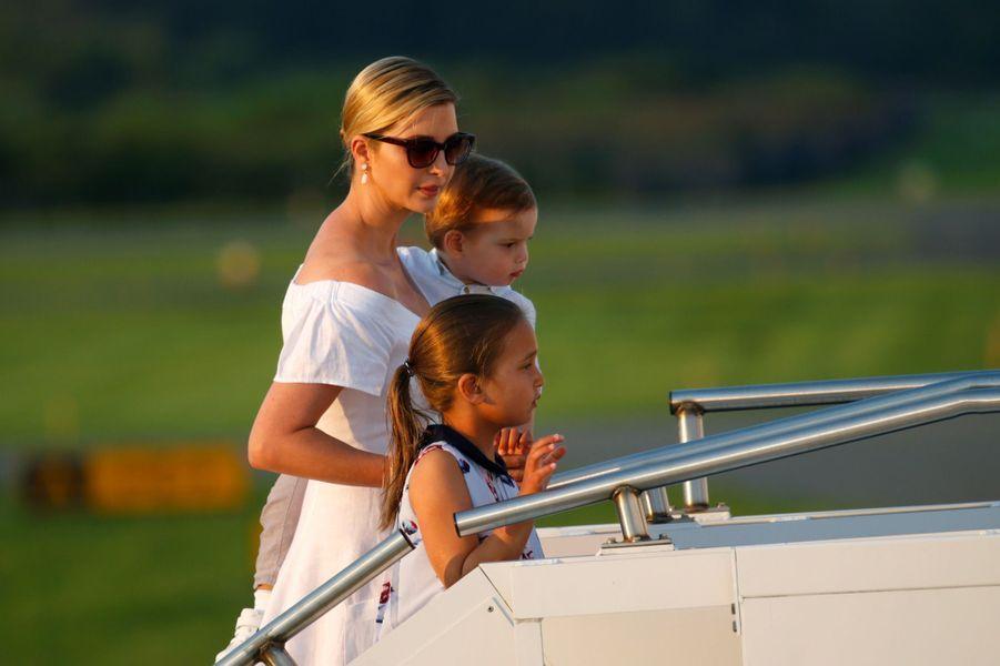 Ivanka Trump et ses enfants Arabella et Theodorequittant le New Jersey, le 20 août 2017.