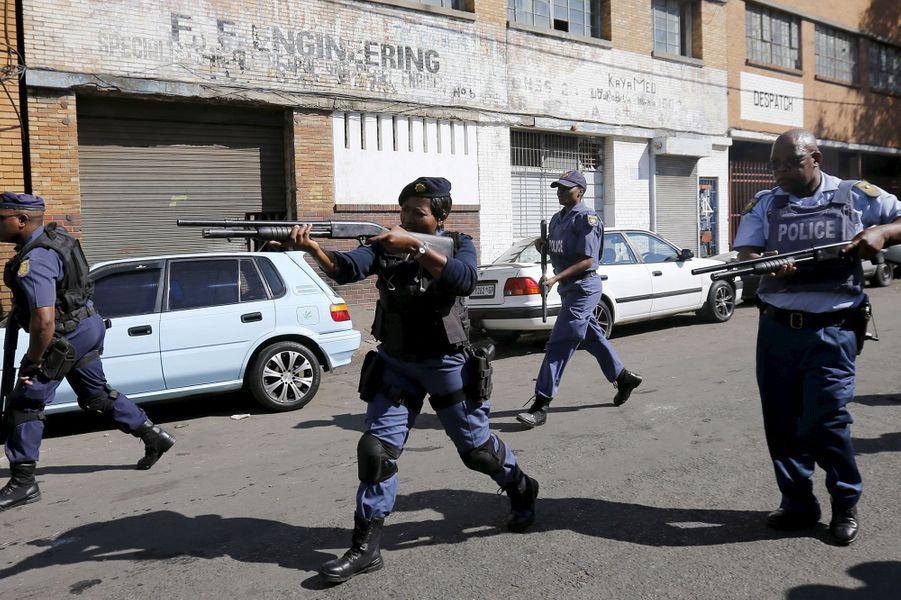 Les policiers tentent de calmer les tensions