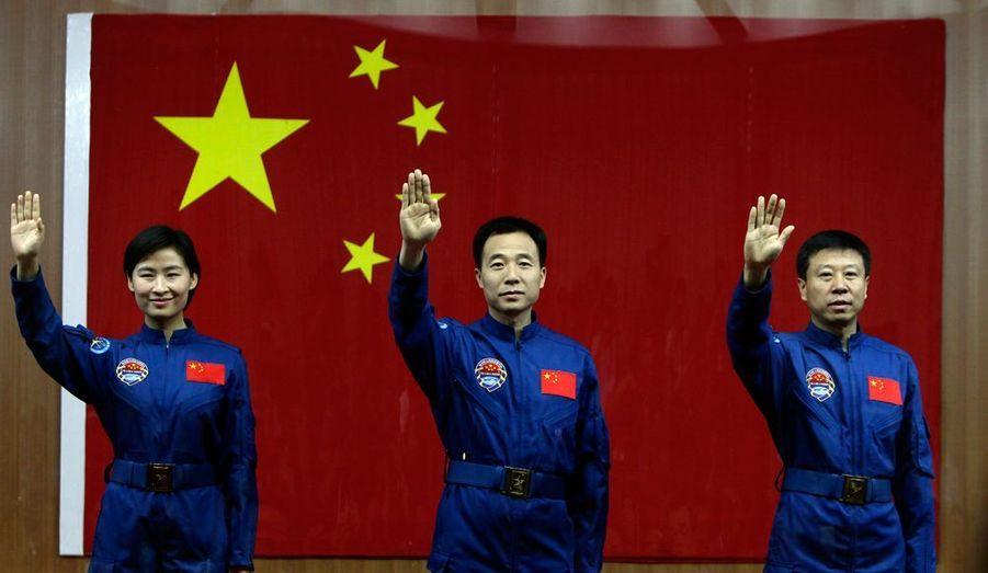Trois cosmonautes en uniforme