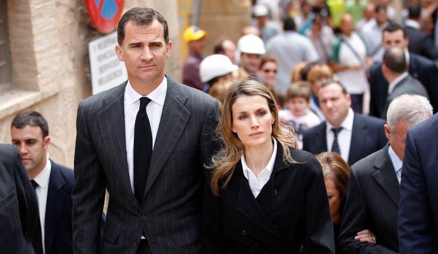 L'Espagne a rendu hommage vendredi aux victimes du séisme meurtrier qui a frappé mercredi le Sud-Est de l'Espagne. Le prince héritier Felipe et la princesse Letizia ont assisté à la cérémonie religieuse qui s'est déroulée dans le parc des expositions de Lorca, l'église ayant été endommagée par les répliques. Les familles de quatre disparus ont été saluées par le couple princier et le Premier ministre José Luis Zapatero, les proches des cinq autres victimes préférant des funérailles dans l'intimité. Neuf personnes ont péri dans la catastrophe, qui a fait 130 blessés et des milliers de sans-abris.