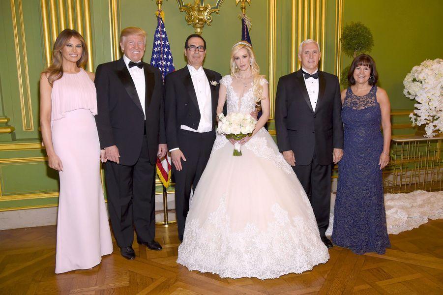 Steven Munchin et Louise Linton le jour de leur mariage, entourés de Melania et Donald Trump et Karen et Mike Pence, le 24 juin 2017.