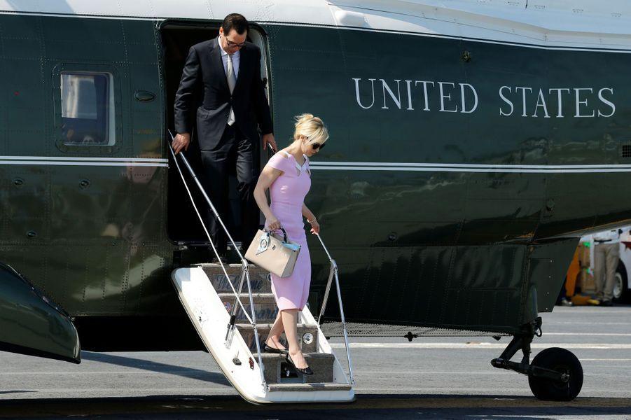 Steven Munchin et Louise Linton descendent de l'hélicoptère présidentiel Marine One en Virginie, le 22 juillet 2017.