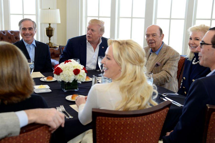 Steven Mnuchin et Louise Linton à un déjeuner de travail avec Donald Trump, le 11 mars 2017.