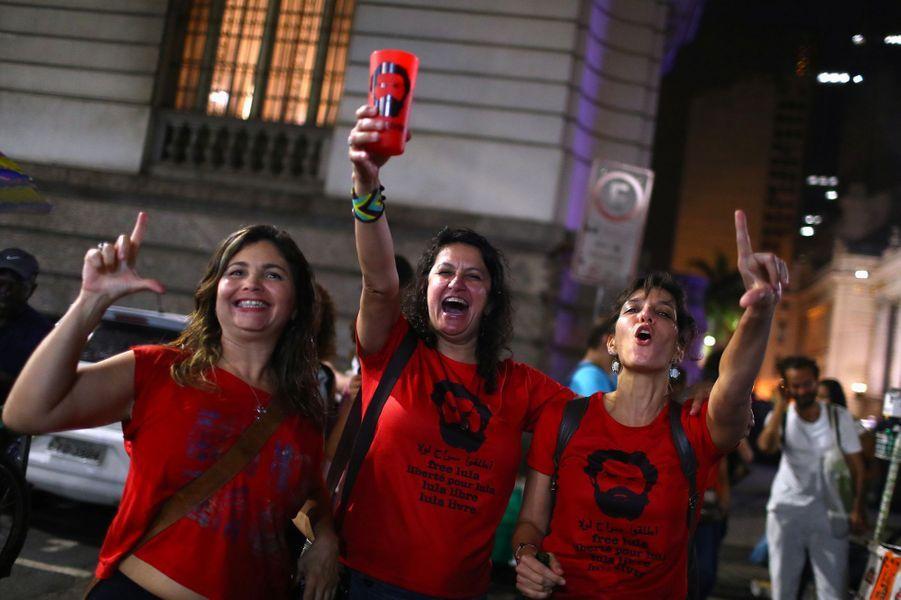 L'ex-président brésilien Lula est sorti de prison vendredi