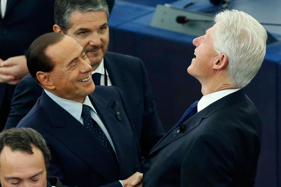 Silvio Berlusconi et Bill Clinton en grande discussion.