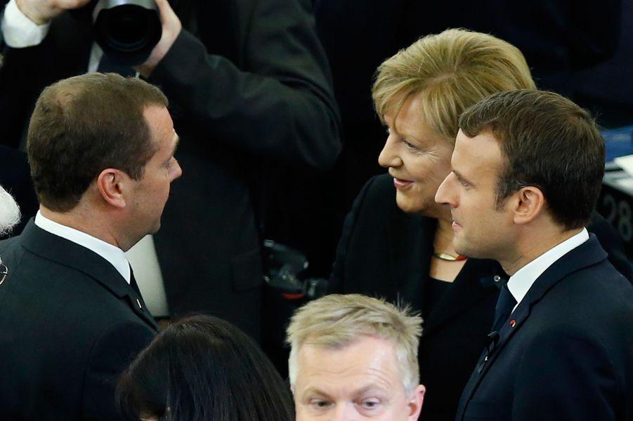 Dmitry Medvedev échange avec Angela Merkel et Emmanuel Macron.