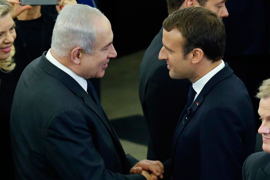 Benjamin Netanyahu salue Emmanuel Macron.
