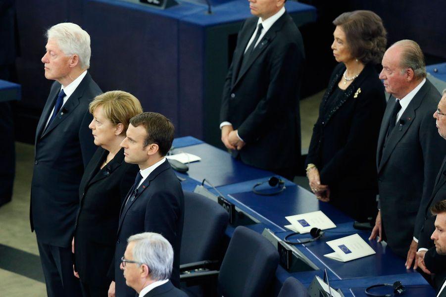Au premier rang,Bill Clnton, Angela Merkel et Emmanuel Macron, lors de l'hommage à Helmut Kohl.