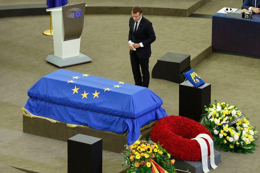 Emmanuel Macron rend hommage à Helmut Kohl.