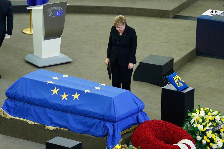Angela Merkel rend hommage à Helmut Kohl.