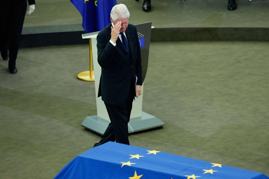 Bill Clinton salue le cercueil d'Helmut Kohl.