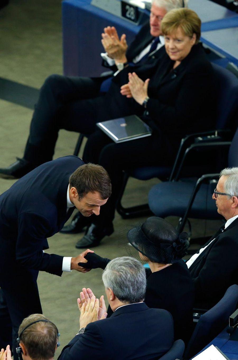 Emmanuel Macron salue la veuve d'Helmut Kohl.