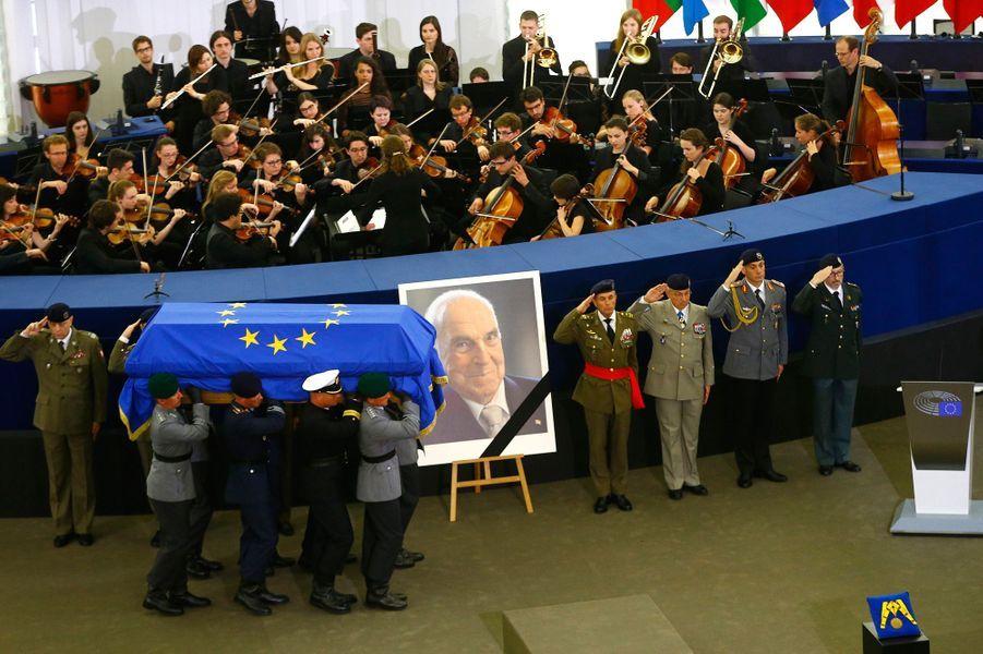Hommage rendu à l'ancien chancelier allemand Helmut Kohl dans l'hémicycle du Parlement européen à Strasbourg.