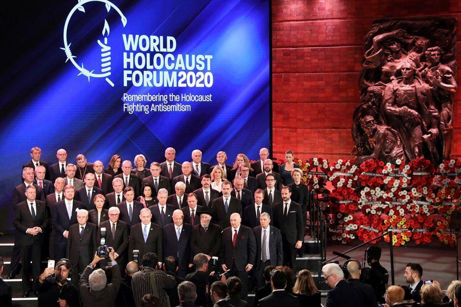Photo de groupe lors de la cérémonie àYadVashem, le mémorial de la Shoah à Jérusalem,pour marquer le 75e anniversaire de la libération du camp nazi d'Auschwitz.