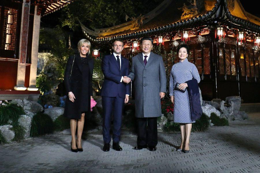 Juste avant le dîner des deux couples présidentiels, dans le jardin Yu du vieux Shanghai, le 5novembre.