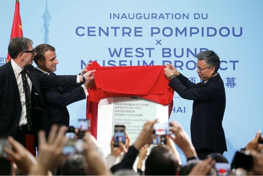 Emmanuel Macron et Serge Lasvignes, président du Centre Pompidou, dévoilent la plaque du Centre Pompidou West Bund Museum, le 5 novembre.