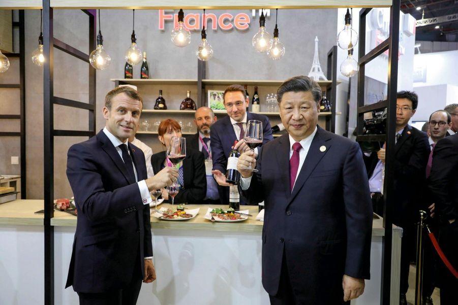 Dégustation de grands crus à la Foire internationale des importations, à Shanghai, le 5 novembre. Emmanuel Macron a offert une bouteille de RomanéeConti au président chinois