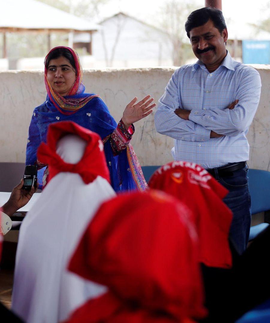 Malala et son père Ziauddin Yousafzai au camp de Dadaab au Kenya