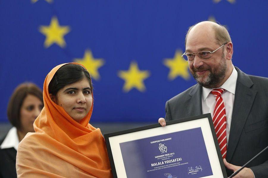 Malala reçoit le prix Sakharov des mains du président du Parlement européen Martin Schulz, le 20 novembre 2013