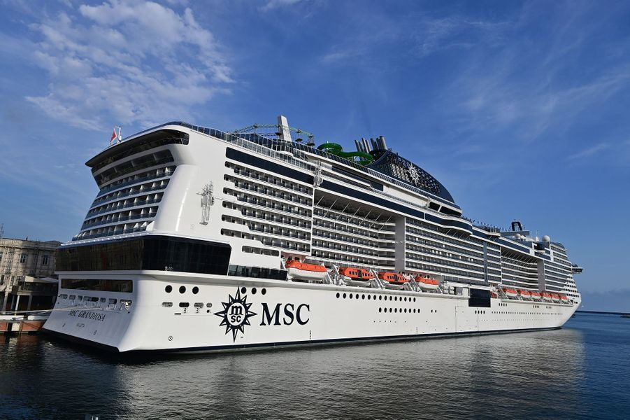 Le MSC Grandiosa, de la compagnie MSC Croisières, a quitté le port de port de Gênes (nord-ouest) peu après 19H30 (17H30 GMT) avec 2.500 passagers à bord.Ce voyage représente un test à fort enjeu pour le secteur des croisières, à la fois sur le marché-clé de la Méditerranée et au-delà.