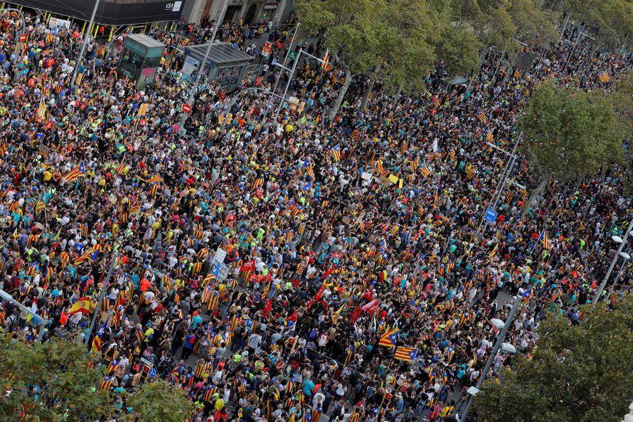 Les manifestants indépendantistes dans les rues de Barcelone, vendredi
