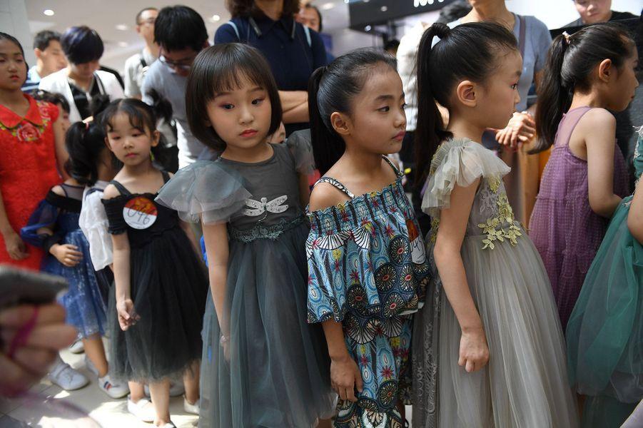 En Chine, certains enfants mannequins peuvent parfois poser avec une centaine de vêtements différents en 12 heures pour le compte de grandes marques, avec une indemnité journalière qui peut atteindre 10.000 yuans (1.300 euros).
