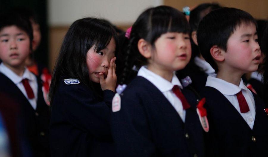 Une jeune fille sèche ses larmes après une cérémonie à Kessenuma. Si les enfants ont pu s'enfuir à temps de la ville dévastée par le Tsunami, plusieurs parents ont disparu dans le drame.