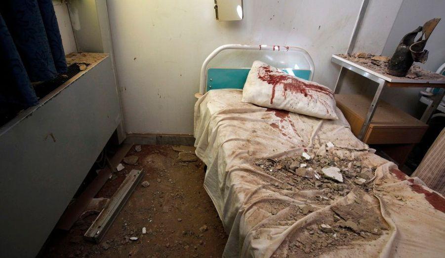 Une chambre d'hôpital, endommagée par une explosion dans un dépôt de munition de l'armée situé à proximité, à Mizdah, à 180 km au sud de Tripoli, déclenchée par un raid aérien.