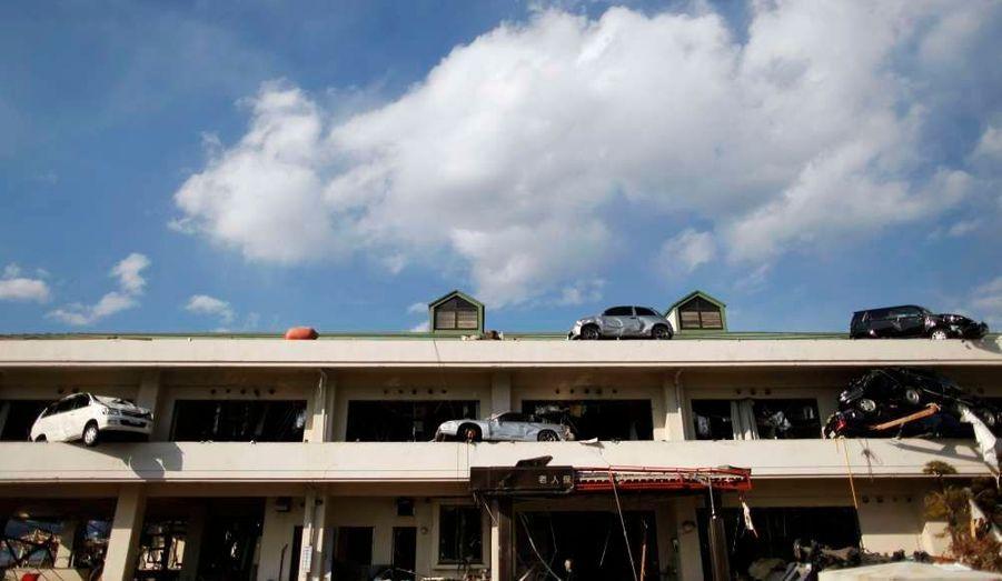 Des voitures propulsées sur le toit d'une maison de retraite à Yamada, dans le nord du Japon. Le tsunami du 11 mars dernier, conséquence d'un très violent séisme, a ravagé de larges zones urbaines.