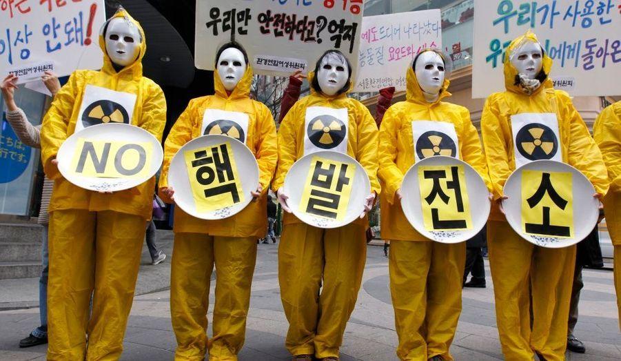 A Séoul, des militants écologistes portent des masques pour protester contre la construction de centrales nucléaires en Corée du Sud. Lundi, un ministre du gouvernement a annoncé que le pays n'abandonnerait pas son programme nucléaire, malgré la crise au Japon.