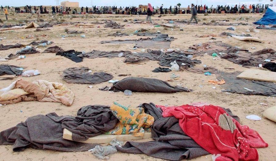De nombreux Libyens tentent de fuir leur pays et dorment à la belle étoile, comme ici à Ras Jdir, près de la frontière avec la Tunisie.