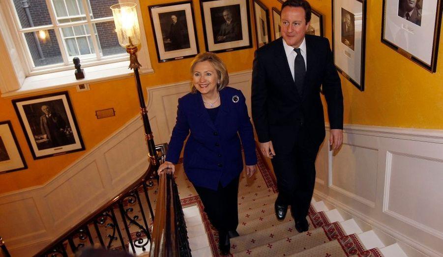 David Cameron reçoit au 10 Downing Street Hilary Clinton, la secrétaire d'Etat des Etats-Unis, afin d'évoquer, en compagnie de plus de 40 représentants de gouvernement, l'avenir de la Libye.