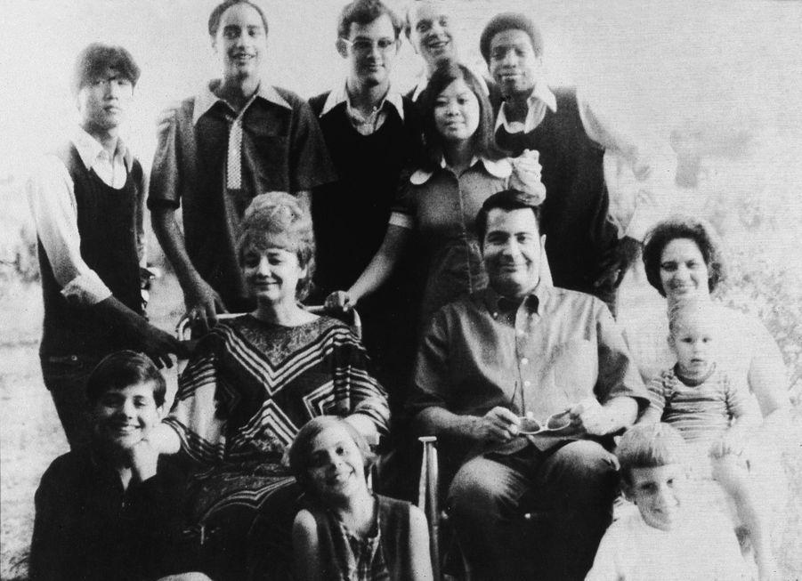 """Jim Jones et sa """"rainbow family"""" : le chef religieux et son épouse Marceline ont adopté sept enfants, dont troisd'origine coréenne, une amérindienne et un afro-américain. Ils posentici avec la belle-soeur de Jones (à droite) et ses enfants, en 1976 en Californie.Cette photo, sans date ni lieu, fait partie de l'album retrouvé à Jonestown, après le suicide collectif."""