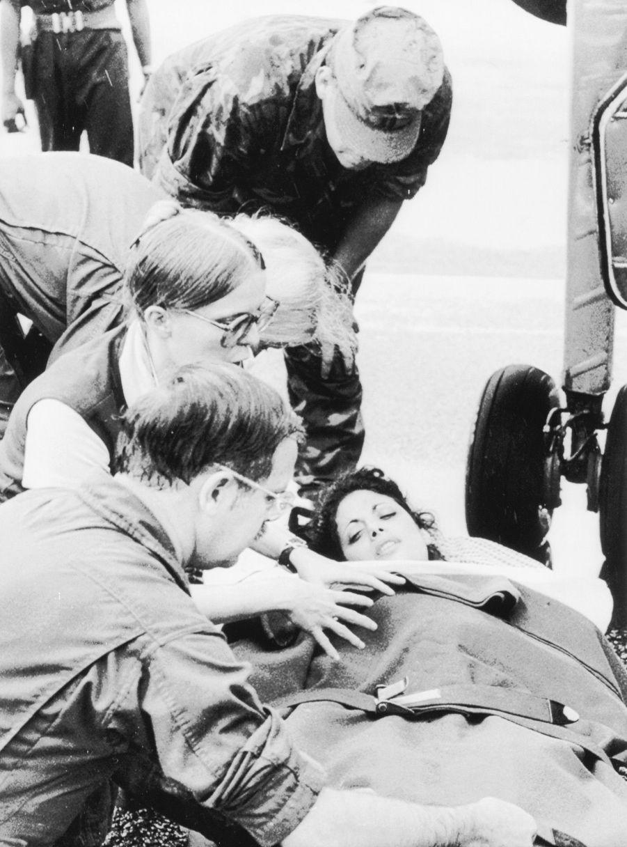 Jackie Speier, l'assistante du représentant américain Leo Ryan, est rapatriée à Georgetown le 19 novembre 1978. La veille, elle a été touchée de cinq balles, tandis que son patron était abattu sous ses yeux, avec trois journalistes et une jeune femme qui fuyait la secte. C'est l'événement qui déclenchera le suicide collectif. Selon elle, c'est dans le vol qui la ramène chez elle, grièvement blessée, que Jackie Speier se fait la promesse de servir les citoyens, comme Leo Ryan. Elle deviendra à son tour représentante démocrate de la Californie au congrès, défendant des causes comme le droit à l'avortement, l'égalité raciale et LGBT, la défense de l'environnement ou le contrôle des armes à feu.