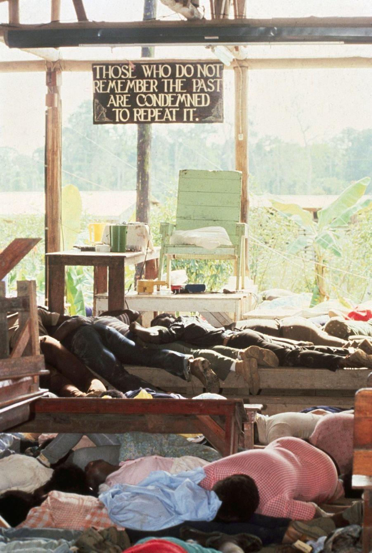 """""""'Ceux qui ne se souviennent pas du passé sont condamnés à le répéter'. Cette sentence, liée à l'histoire du nazisme, James Jones l'avait fait inscrire au-dessus de son trône. Elle traduisait une obsession que le chef du Temple du Peuple avait fait partager à ses fidèles. Pour mourir, ceux-ci se sont enlacés au pied du dérisoire trône de bois"""" - Paris Match n°1540, 1er décembre 1978"""
