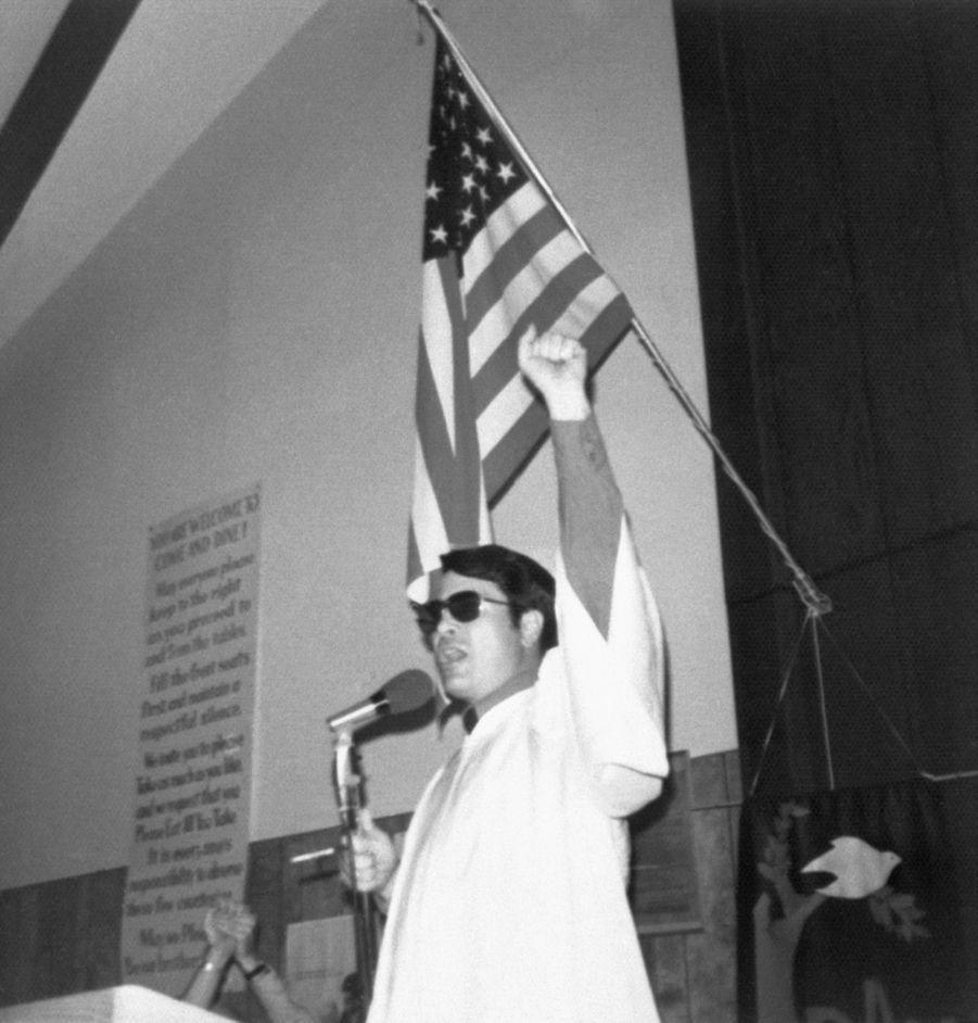 Le révérend Jim Jones lève le poing, lors d'un prêche. Cette photo, sans date ni lieu, fait partie de l'album retrouvé à Jonestown, après le suicide collectif.
