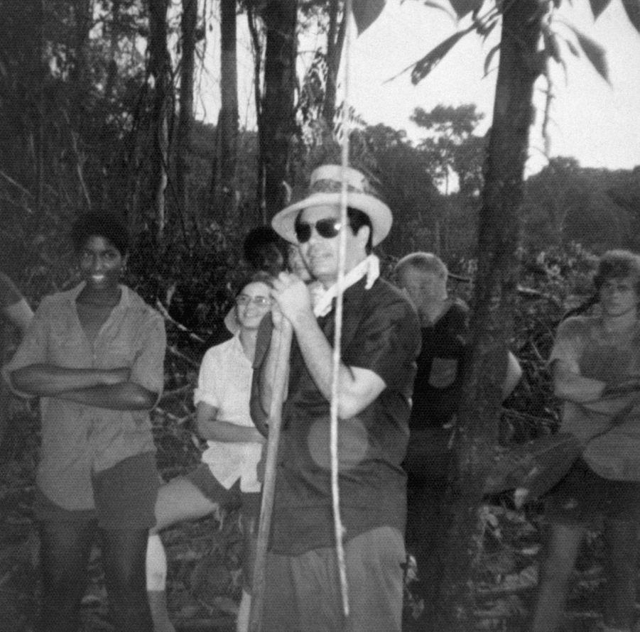 Le révérend Jim Jones entouré de ses fidèles. Cette photo, sans date ni lieu (probablement le Guyana), fait partie de l'album retrouvé à Jonestown, après le suicide collectif.