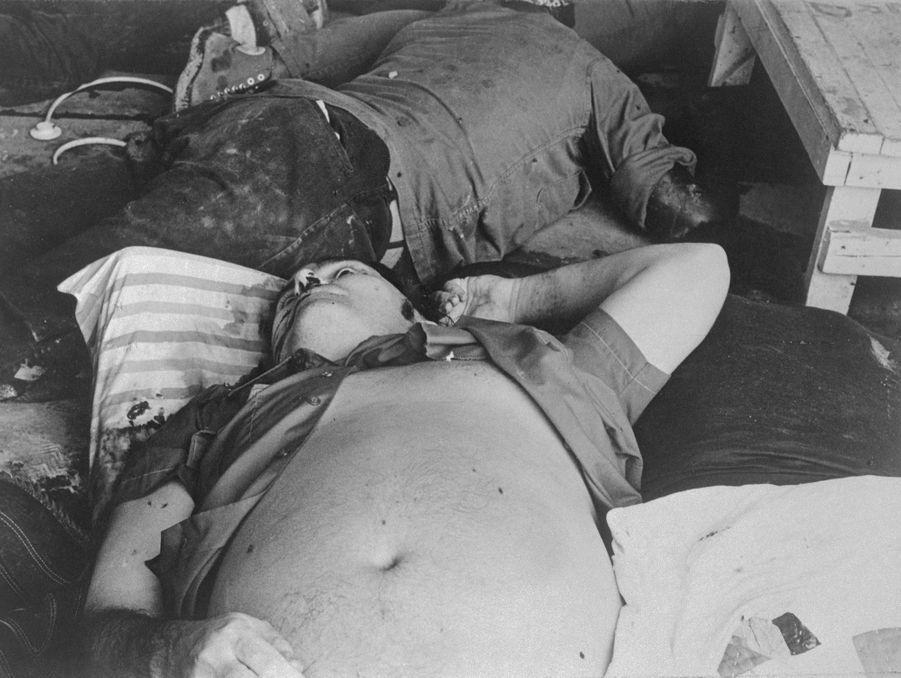 Jonestown, au lendemain du suicide collectif.Le corps de Jim Jones.