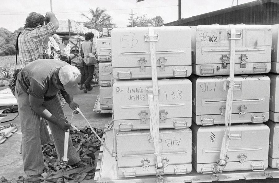 Jonestown, au lendemain du suicide collectif. Les cercueils de métal, avant le rapatriement des corps aux Etats-Unis.